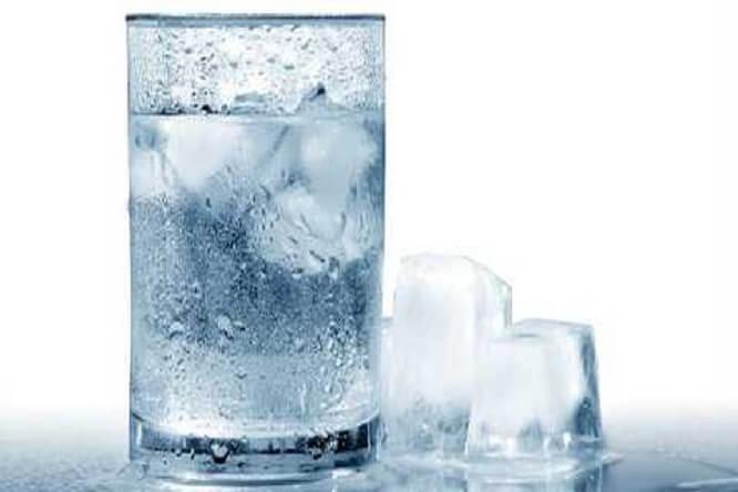 trời nóng không nên uống nước đá