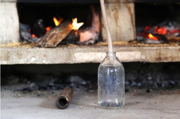 nấu rượu thủ công bằng nồi nấu thủy thượng